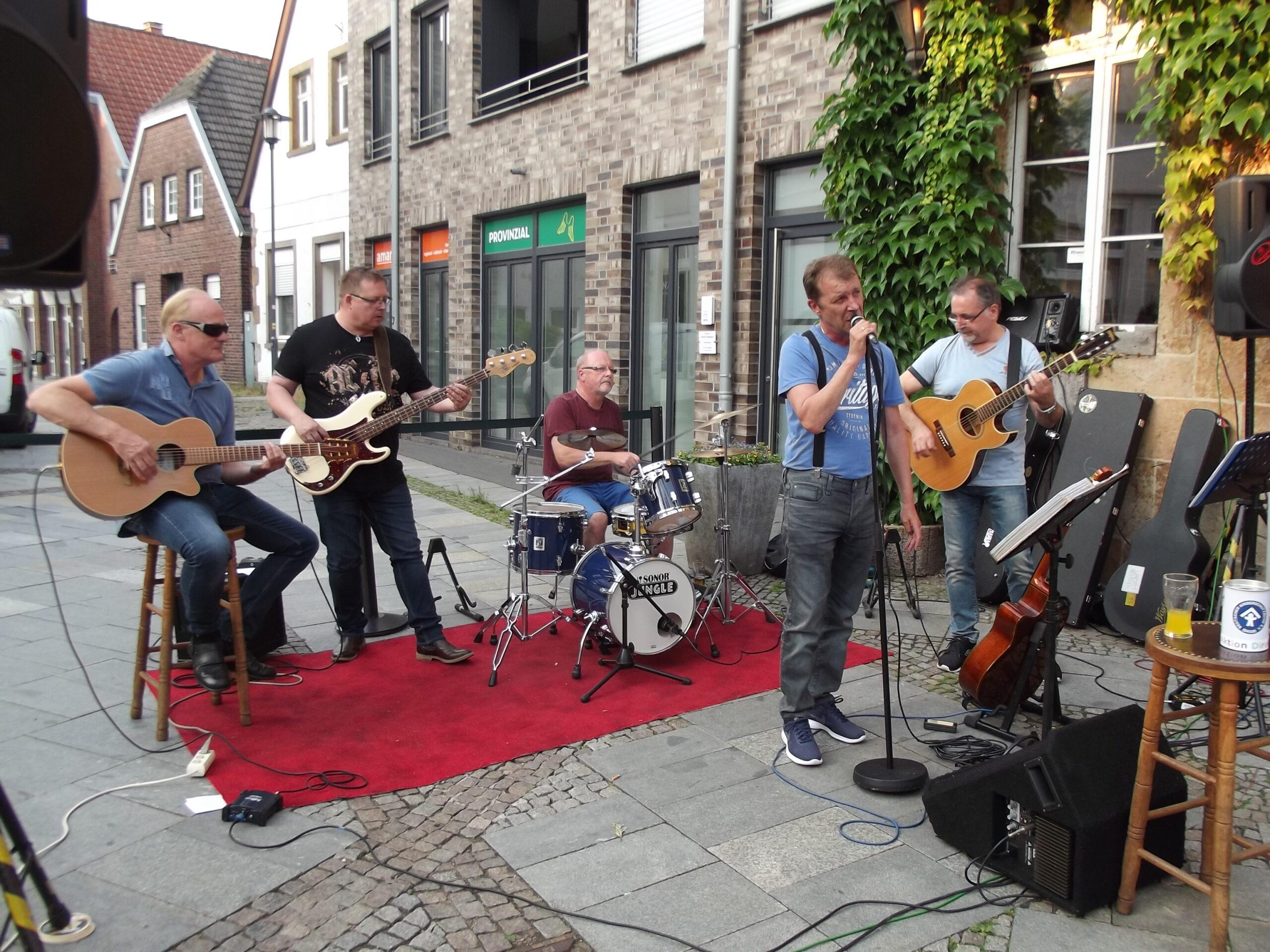 Bild Maika & Band vom letzten Konzert 2018 vor Connys Köppken in Rheine